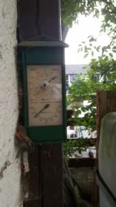Den Messwert dieses Hygrometers sollten Sie misstrauen. Anhand des schmutzigen Zustands können Sie erkennen, dass das Hygrometer eine ganze Weile nicht kalibriert wurde.